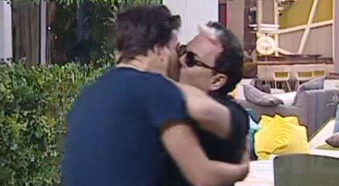 """Grande Fratello Vip, Malgioglio bacia Lorenzo Flaherty: """"tu non sei omofobo"""""""