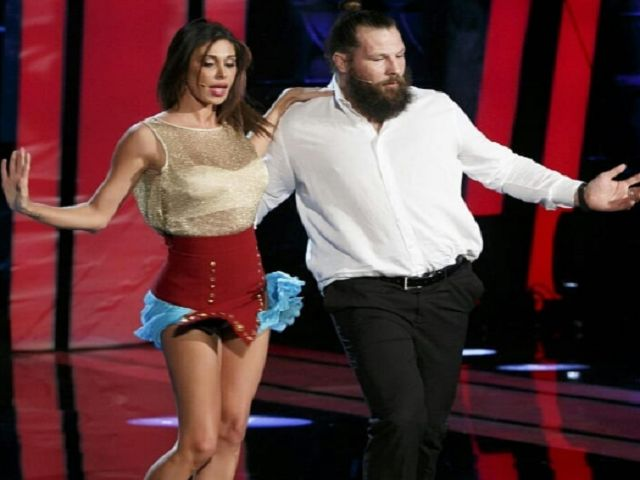 Tu si que vales, Belen Rodriguez: incidente sexy mentre balla il tango