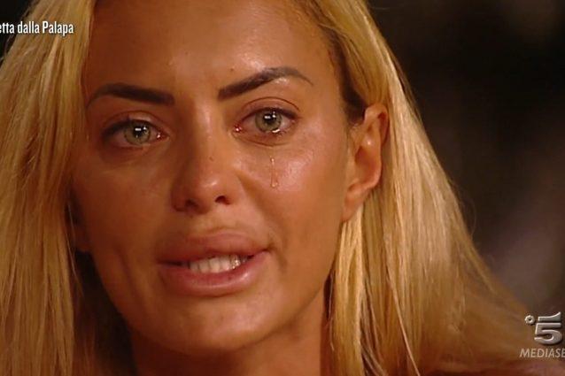 Elena Morali scoppia a piangere all'Isola: il motivo