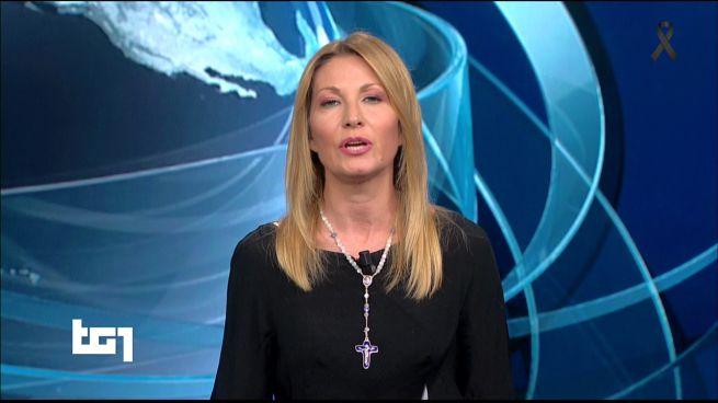Lutto Nazionale, giornalista TG1 indossa il crocifisso e il web si divide