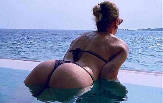Chiara Ferragni sfoggia un bikini hot alle Maldive ed è subito polemica sul web