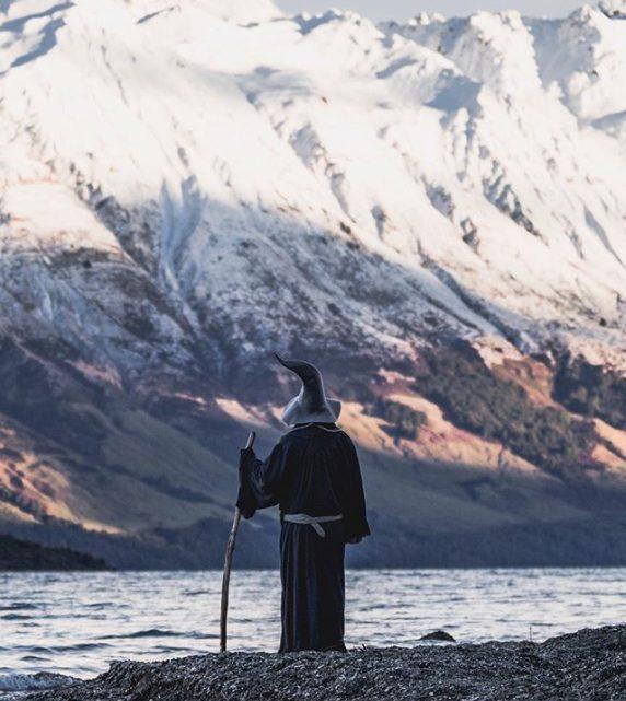 Fan del Signore degli Anelli attraversa la Nuova Zelanda vestito da Gandalf: il viaggio – tributo fa il giro del web