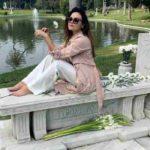 La foto postata da Romina Carrisi sulla tomba del nonno non piace:la madre la difende