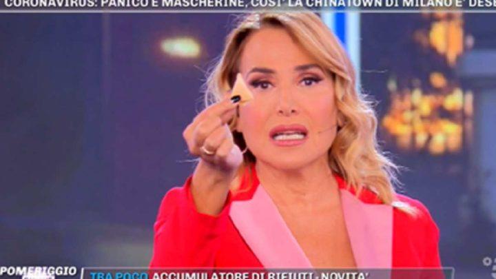 """Coronavirus, Barbara d'Urso mangia un biscotto della fortuna e lancia un appello: """"Andate nei ristoranti cinesi"""""""