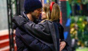 Clizia Incorvaia, bacio sensuale in corridoio: davvero stupenda – FOTO