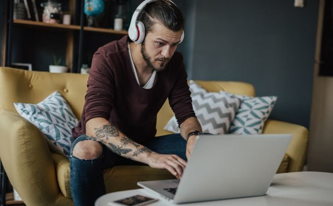 Lavorare ascoltando musica ci rende più produttivi: ecco perché