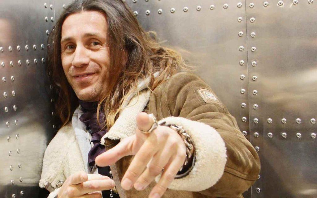 """Povia canta """"Bella Ciao"""" alla sua maniera: scoppia la polemica sul web"""