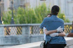 Abbraccia la fidanzata in centro: multa di 400 euro per raga