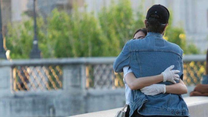 Abbraccia la fidanzata in centro: multa di 400 euro per ragazzo pavese