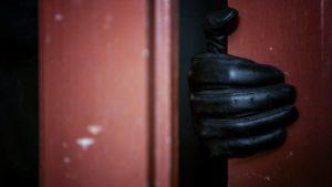 Uomini assunti per fantasia sessuale sbagliano casa armati d