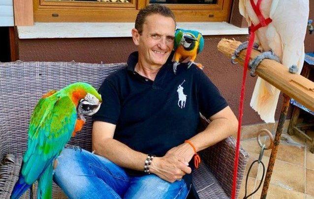 Folle prende a sassate il pappagallo di Enzo Salvi. Poi aggredisce il comico