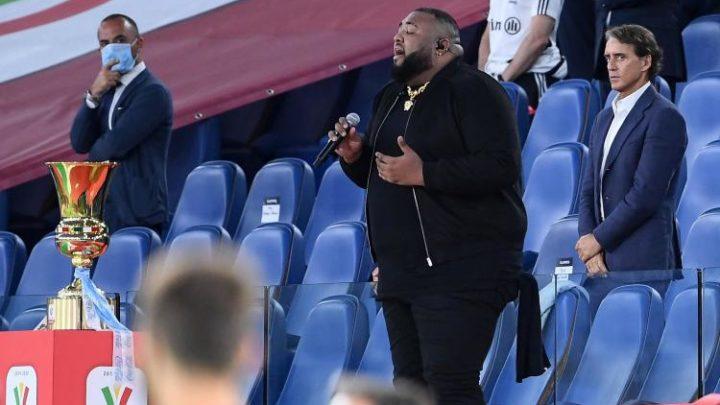 """Coppa Italia, Sergio Sylvestre si blocca durante l'inno. Adinolfi fa polemica, il cantante spiega: """"Bloccato dallo stadio vuoto"""""""