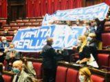 Lo striscione Verità per Berlusconi