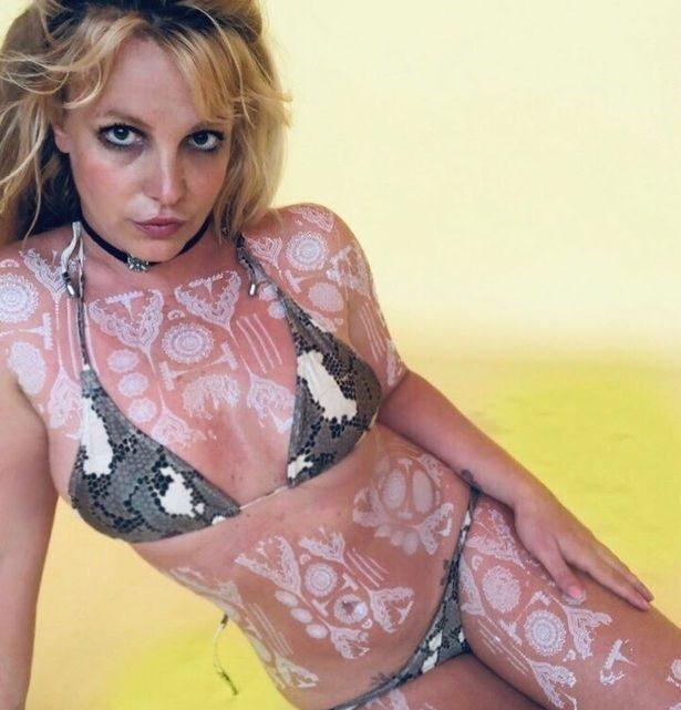 """Britney Spears fa impazzire i fan: fisico da urlo e nuovi tatuaggi. Ma per qualcuno sono """"messaggi subliminali"""""""