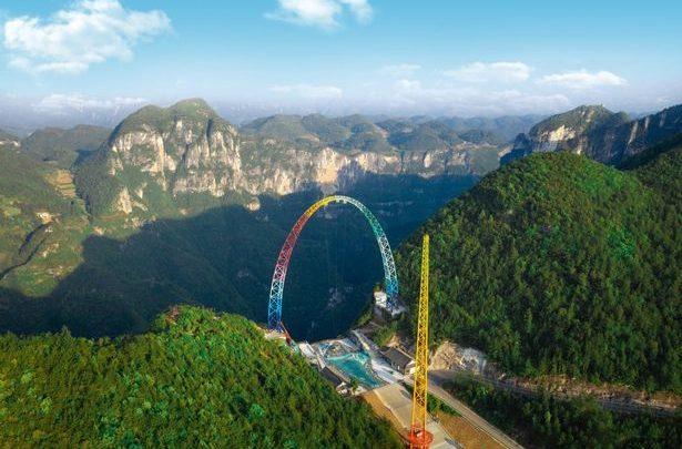 La nuova attrazione nel parco cinese fa impazzire i turisti. Su e giù per la vallata a 128 km orari – VIDEO