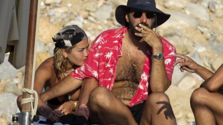 Rita Ora in topless ad Ibiza con il suo Romain: gli scatti fanno impazzire i fan