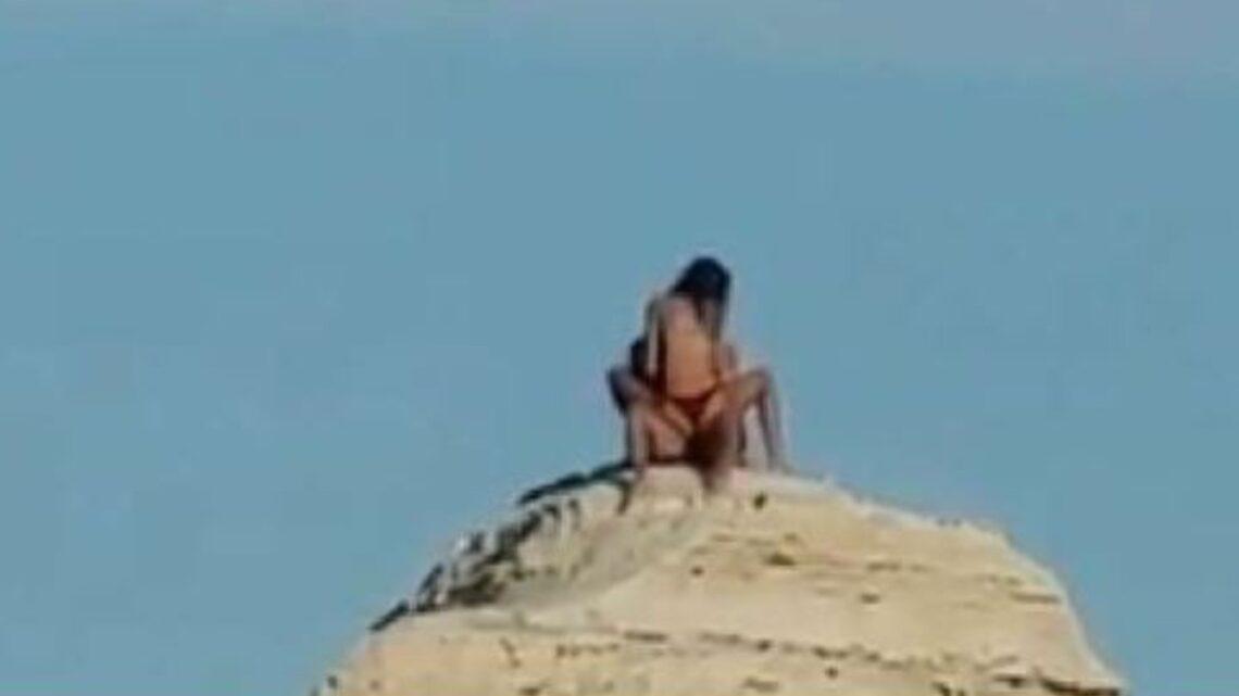Coppia lo fa sulla Sfinge del Salento: bagnanti filmano e la polizia indaga sui due amanti esibizionisti