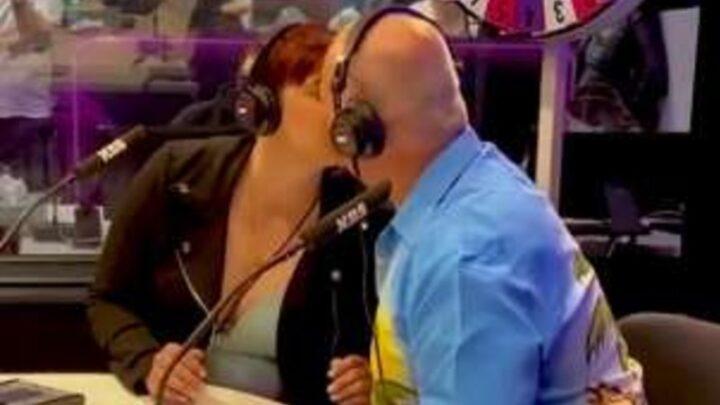 Fidanzato o padre? Figlia bacia il genitore durante programma radio australiano: il video è virale