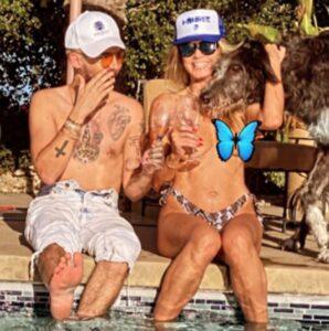 """Il topless di Heidi Klum fa impazzire Instagram: la top model si """"copre"""" con la mano (e con una emoji)"""