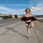 """Ireland Baldwin, su Instagram una foto mentre solleva la gonna. La modella fa pubblicità alle mutandine """"senza perdite"""""""
