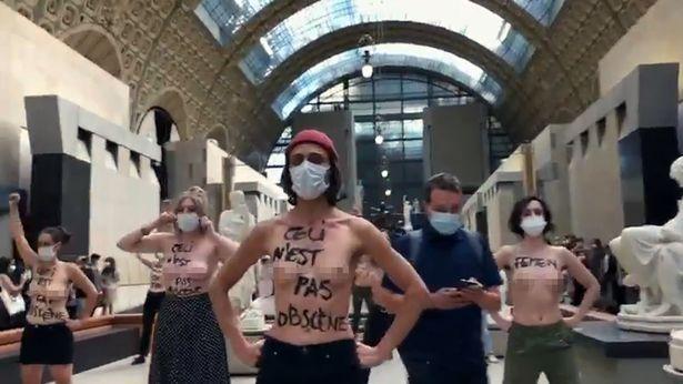 Scollatura troppo evidente, studentessa non può entrare al Museo. La protesta delle femministe è virale