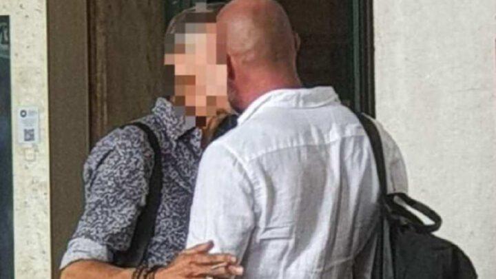 Chi è il noto cantante italiano paparazzato mentre bacia un altro uomo? Le illazioni di Twitter sul gossip di Dagospia