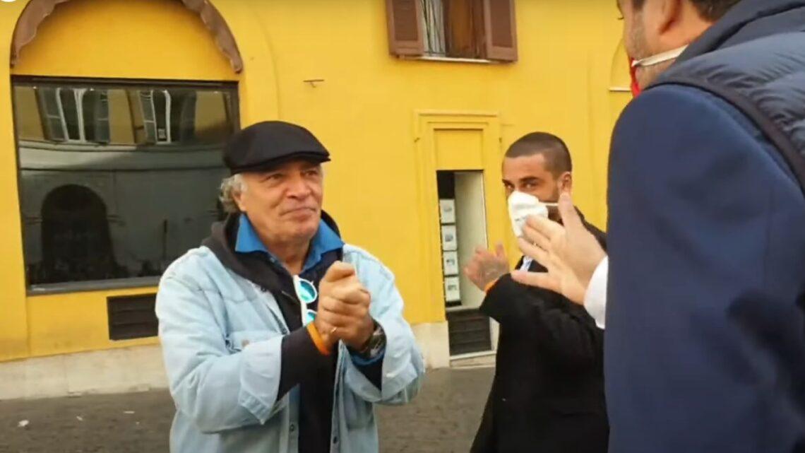 """Enrico Montesano fermato senza mascherina durante manifestazione: """"È sequestro di persona"""". Ma poi la mette"""