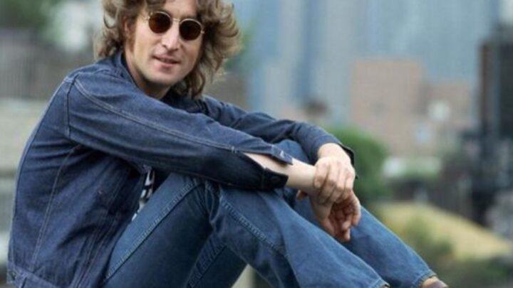 80 anni fa nasceva John Lennon, membro dei Beatles e artista inarrivabile. Un barbaro omicidio privò il mondo della sua arte