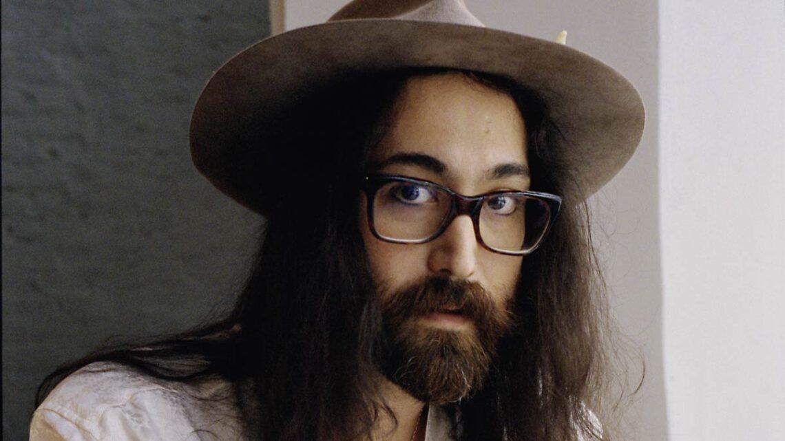 Gli strani tweet di Sean Lennon. Il figlio di John e Yoko Ono se la prende anche con l'Italia