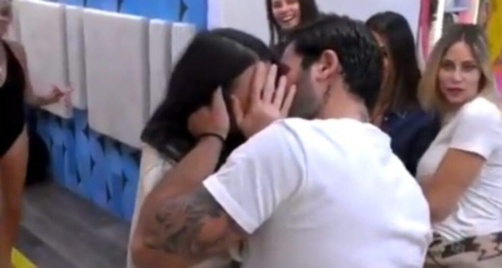 GF Vip, scatta il primo bacio tra Pierpaolo Pretelli e Giulia Salemi