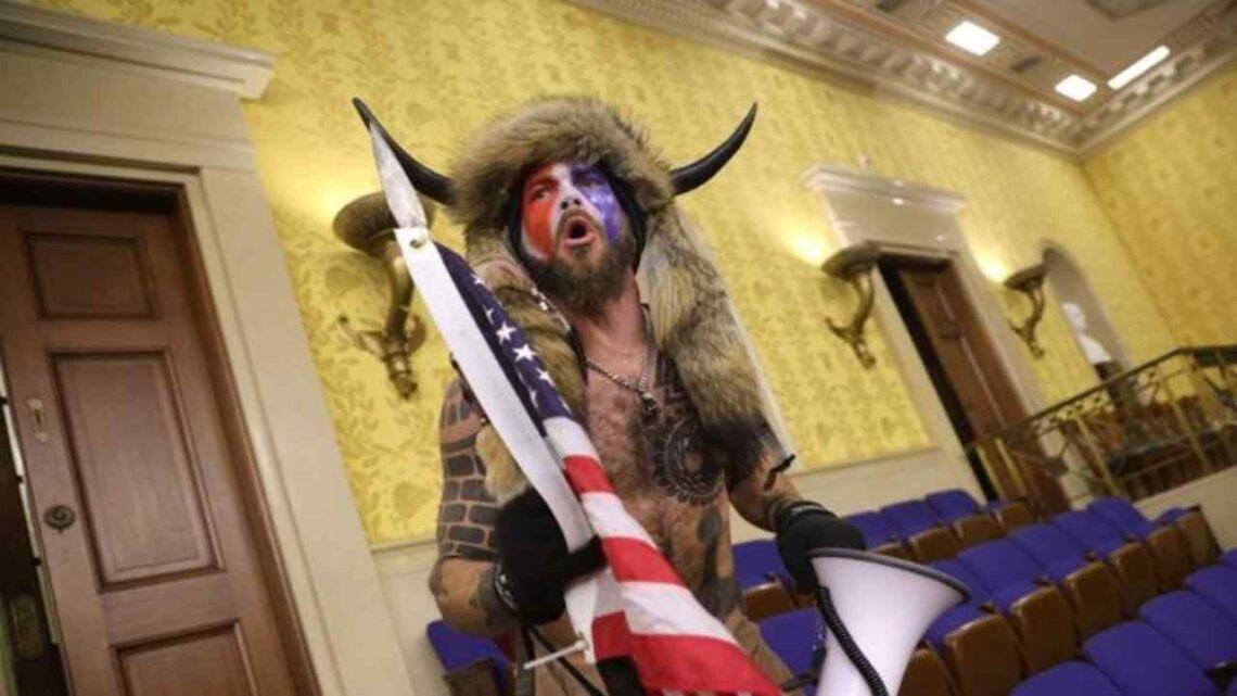 Chi è Jake Angeli, lo sciamano vestito da vichingo a capo dell'assalto a Washington