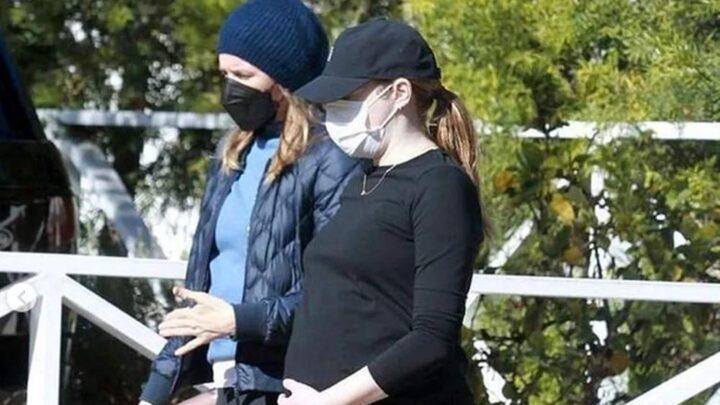 Emma Stone con il pancione, le foto diventano virali. L'attrice è in dolce attesa
