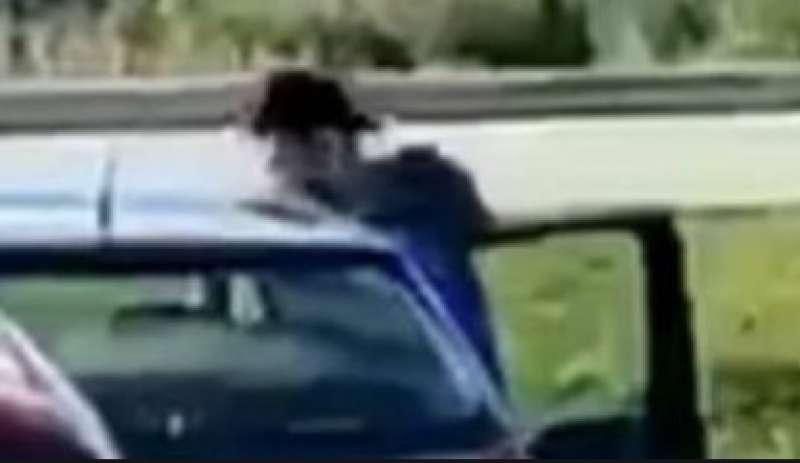 """Momento """"hot"""" nel parcheggio di un supermercato a Jesi: video subito virale"""