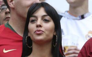 Georgina Rodriguez a Manchester per CR7, c'è una wag che la sta aiutando ad...